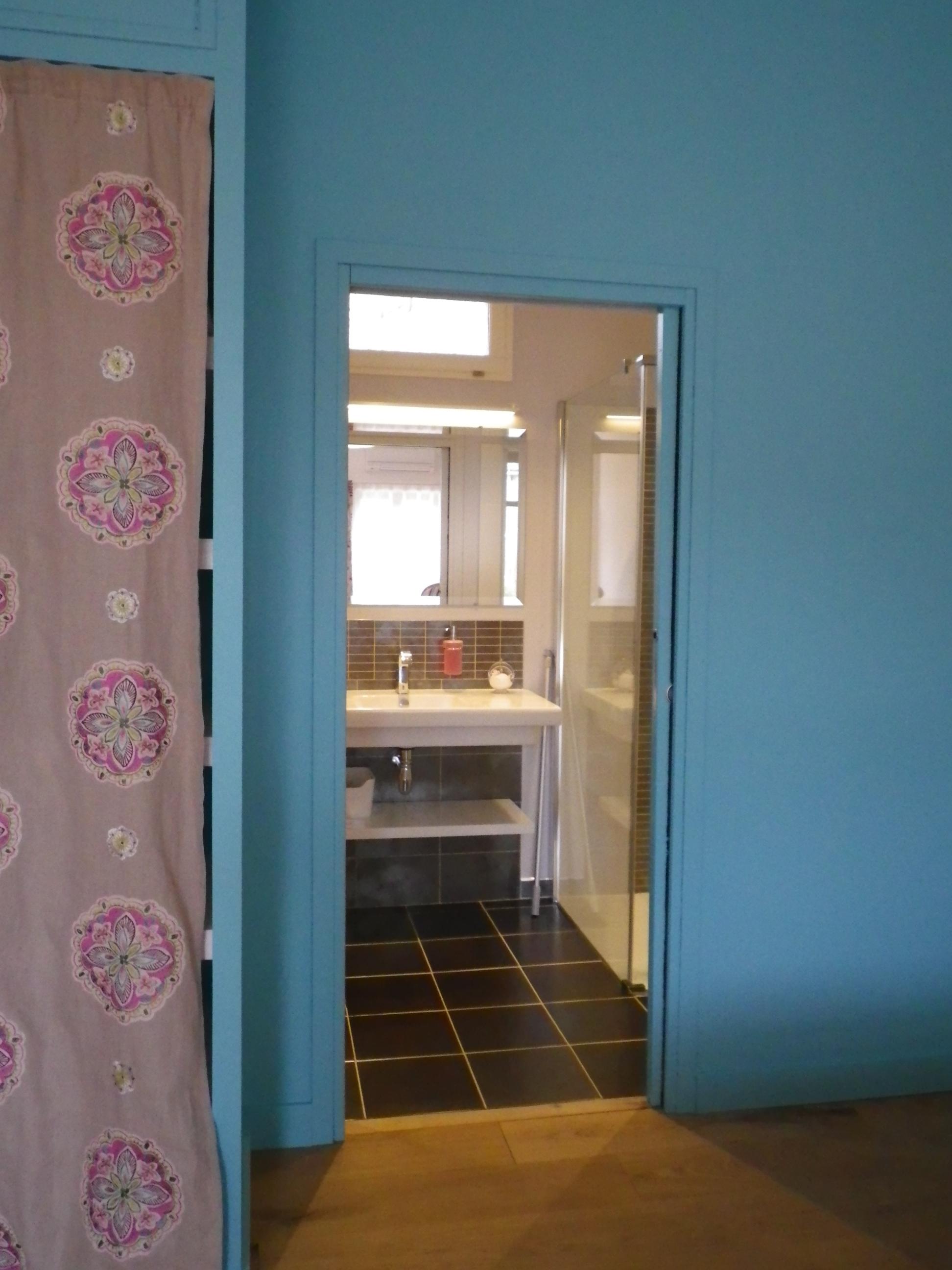 Chambres d 39 hotes canaules vue salle de bains sous le fr ne for Salle de bains in english